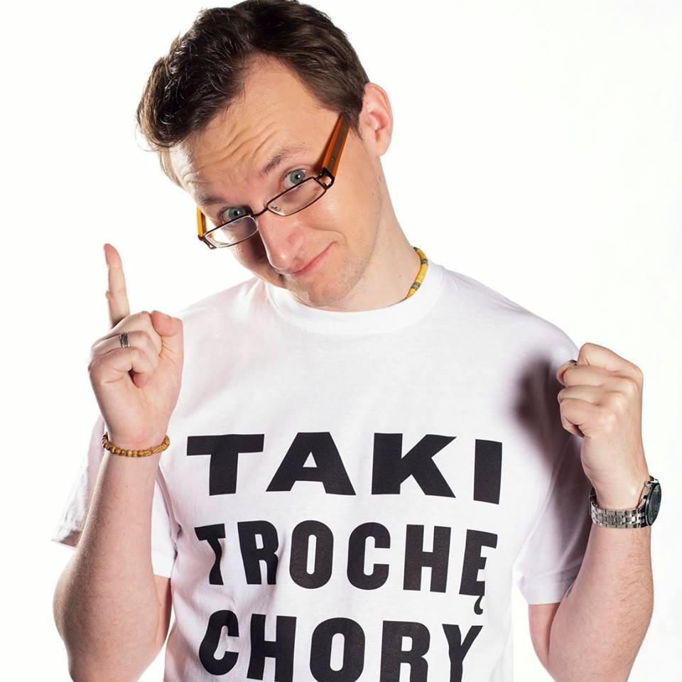 Jacek Noch w koszulce promującej książkę - Taki trochę chory