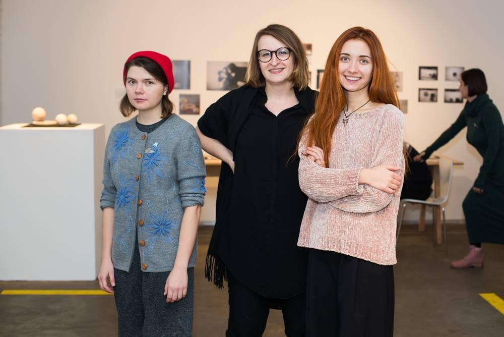 Jesteśmy polsko-ukraińską grupą trzech animatorek kultury zainteresowanych działaniami związanymi z przestrzenią miejską, sztuką w przestrzeni publicznej oraz tematem fotografii osób niewidomych. Wszystkie zajmujemy się kuratorstwem, edukacją w dziedzinie sztuki współczesnej oraz namysłem filozoficznym nad współczesną kulturą i jej mechanizmami.